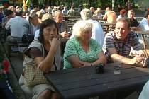 Návštěvníci karnevalu ve Vendryni čekají na zahájení akce.