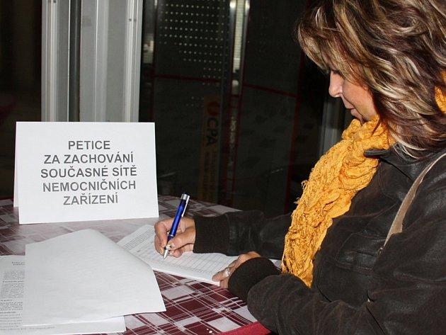 V prostorách nemocnice v Orlové a Karviné jsou k dispozici podpisové archy. Lidé je mohou podepsat.