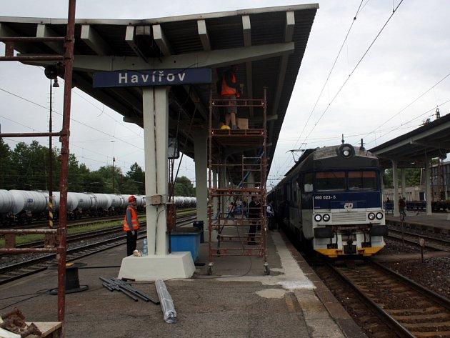 Perony havířovského nádraží procházejí opravou.