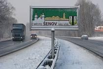 Nebezpečný poutač na Ostravské ulici na hranici mezi Havířovem a Šenovem.