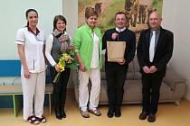Předání finančního daru, výtěžek z prosincového charitativního koncertu v bludovickém kostele, zástupcům dětského oddělení havířovské nemocnice.