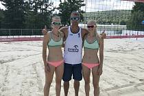 Karin Žolnerčíková (vlevo) a Šarlota Svobodová s trenérem.