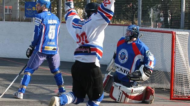 Hokejbalisté Karviné se v neděli naposledy představí doma.
