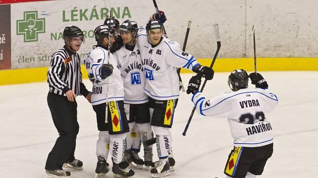 Hokejové derby Havířov - Karviná (v modrém).