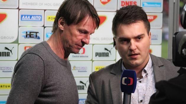 Trenér František Straka v pozápasovém hodnocení s redaktorem České televize.