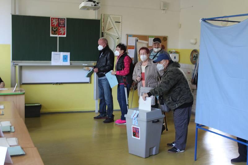 Začaly volby do Poslanecké sněmovny Parlamentu ČR. Na ZŠ Mendelova v Karviné-Hranicích jsou čtyři volební okrsky.