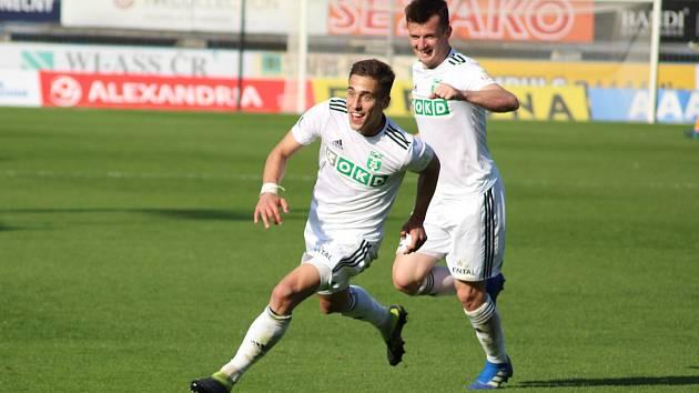 Ondřej Lingr se běží radovat ze své první ligové branky v kariéře. Za ním Benjamin Čolič.