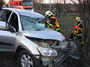 Vážná nehoda na silnici mezi Orlovou a Havířovem. Hasiči museli zraněného řidiče z auta vystříhat.