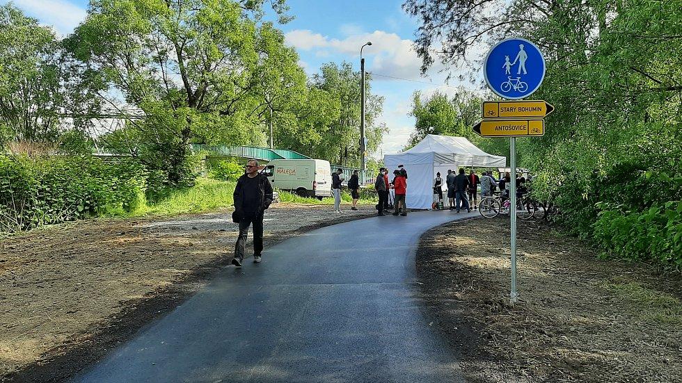 Nový úsek cyklostezky od Antošovické po Vrbickou lávku spojil po asfaltu Bohumín s Ostravou.