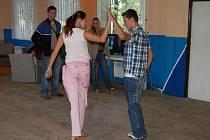 V Doubravě už mají mladí lidé k dispozici prostory, kde se mohou scházet a věnovat se svým zálibám. Třeba tanci.
