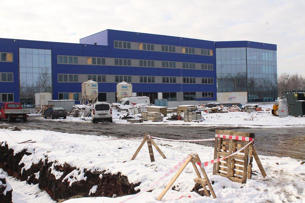 Nová hala na výrobu velkokapacitních baterií v Horní Suché už stojí. Na podzim by se v ní měla rozjet sériová výroba.