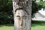 Darkov provázejí dřevěné sochy podél cest.