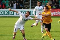 Karvinští fotbalisté (v bílém) zvládli zápas o šest bodů se Sokolovem.