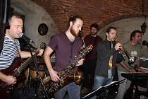 Kapela Allskapones na svém zatím posledním koncertě v kultovní karvinské pivnici Na Bečkách ve Fryštátu. Koncerty kapely zde již patří k dlouholeté tradici.