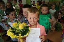 Děti ze ZŠ Cihelní v Karviné převzali vysvědčení už ve středu. Kvůli opravám ve škole.