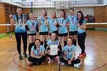 Mladší žačky trenérky Kateřiny Pomahačové (zcela vlevo) obsadily třetí místo.