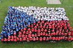 Živou vlajku vytvořilo na 400 lidí. Dvůr Střední průmyslové školy (SPŠ) v Karviné.