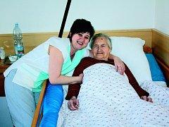 Zdravotní sestra Ivana Sudíková s jednou z pacientek.