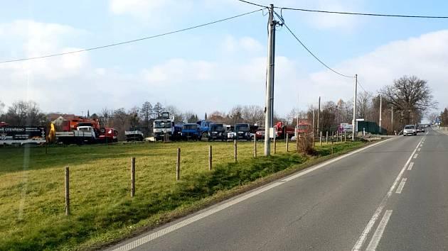 Z tohoto místa nechala policie prostřednictvím hasičů odvézt několik kusů techniky.