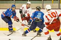 Orlovští hokejisté (v modrém) odehráli v Opavě slušný part, ale gól nedali.