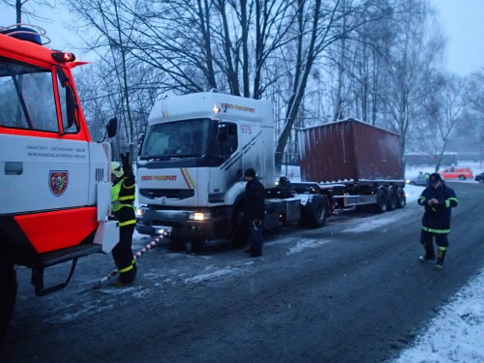 Vyprošťování nákladního automobilu v Petrovicích.