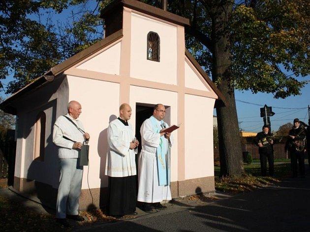 V Karviné Mizerově vysvětlil v sobotu katolický farář Daniel Vícha kapličku, kterou místní věřící v minulých měsících sami opravili.