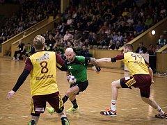 Michal Brůna (v zeleném) v poslední minutě srovnal na konečných 28:28.
