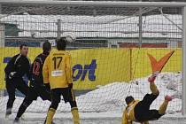 Karvinští fotbalisté (ve žlutém) porazili Orlovou 6:2.