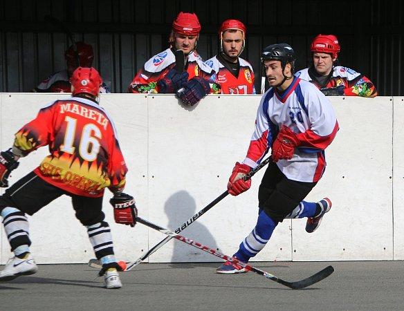 Hokejbalové finále Karviná (vbílém) - Opava.