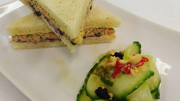 Thajský tuňákový sandwich s asijským okurkovým salátkem.