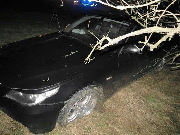 Policie hledá svědky nehody, při které jeden z vozů skončil mimo vozovku a zranila se v něm žena.