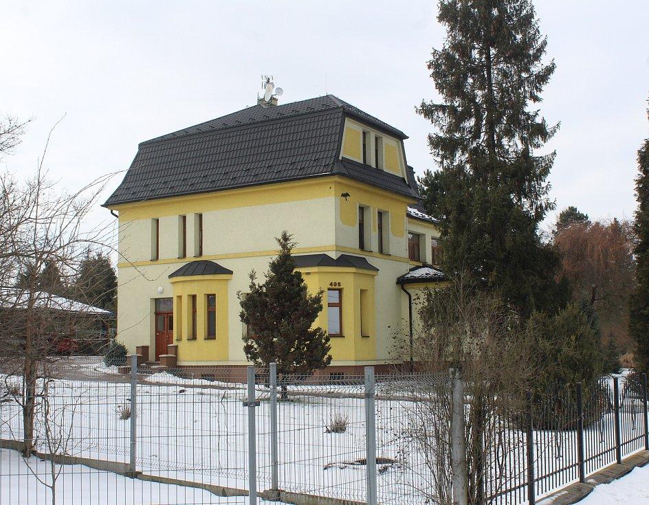 Hornická obec Stonava před 30 lety doslova vstala z popela. Dnes má necelých 2000 obyvatel a velmi dobrou infrastrukturu. Vilka s obecními byty v Holkovicích.