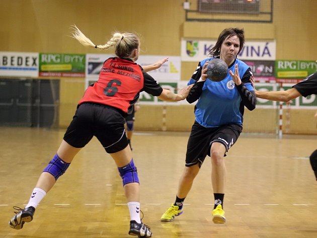 Adriana Baronová (s míčem) a spol ve druhé lize dál vítězí.