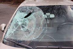 Osobní automobil po tragickém střetu s bruslařem.
