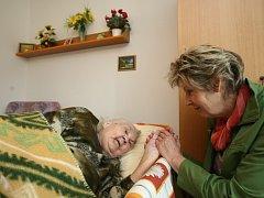 Dobrovolníci pomáhají seniorům také pouhým dotekem nebo vlídným slovem. Ilustrační snímek.