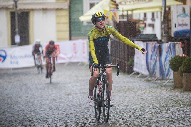 Deštivý cíl a vítězná Emilia Fahlin.