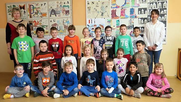 ZŠ M. Pujmanové, 1. B třída s učitelkou Věrou Mrázkovou a asistentkou Martinou Šindlářovou.
