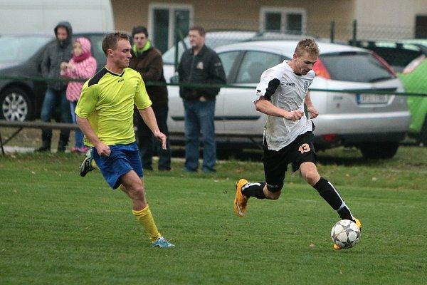 Fotbalové derby mezi Stonavou a Albrechticemi (vbílém) mělo jasného vítěze.