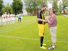 Kapitán Těšína Anton Fizek předává finanční obnos dědečkovi nemocné Sandry - velkému fanouškovi českotěšínského týmu.