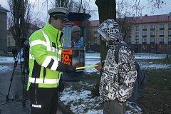 Policisté a BESIP se opět zaměřili na bezpečnost a viditelnost chodců, rozdávali jim dobré rady a přidávali i reflexní bezpečnostní pásky.