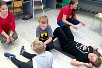 Napříč školou se jmenoval projektový den na Základní škole Mendelova v Karviné. Žáci se společně s mladými zdravotníky učili nejen poskytovat první pomoc.