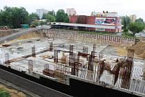 Osiřelé stavební stroje a staveniště před městkým úřadem i před kulturním domem v Orlové. Nejméně do konce května se nic nezmění a stavba bude nadále nabírat skluz.