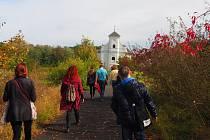 Karin Lednická s týmem festivalu Hradecký slunovrat při prohlídce míst, kde se odehrává děj její románové trilogie Šikmý kostel. Karviná, říjen 2020.