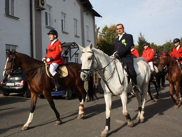 Milovníci koní zakončili letošní sezonu tradiční Hubertovou jízdou. Trasa vedla nejen okolní přírodou, ale také centrem města. Hubertovu jízdu každoročně pořádá českotěšínský jezdecký klub.