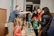 Děti ze ZŠ Mládežnická si adventní čas opět zpříjemnily vánočním jarmarkem.