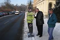 Ředitel ZŠ Na Nábřeží v Havířově si prohlíží plastového strážníka.