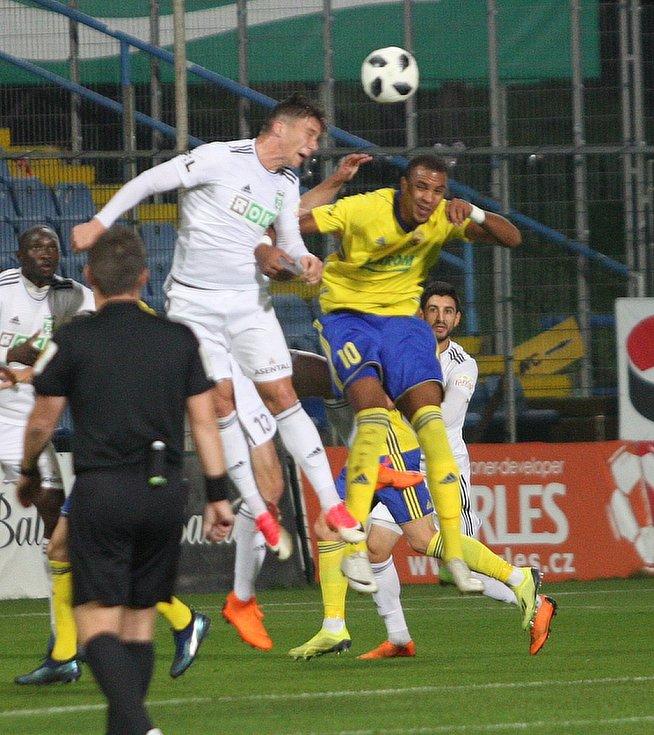 Karvinou (v bílém) postihl podobně jako s Olomoucí několikaminutový výpadek, který ji stál aspoň bod.