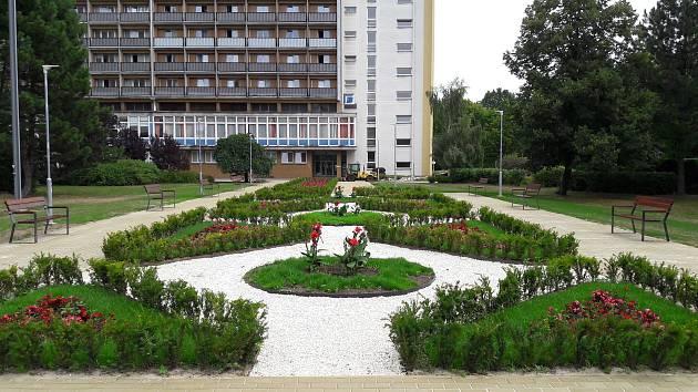 Vedení lázní slavnostně otevřeno novou kolonádu před  Rehabilitačním sanatoriem v Karviné-Hranicích.