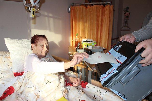 Vkarvinském domově důchodců volili někteří jeho obyvatelé do přenosných uren.