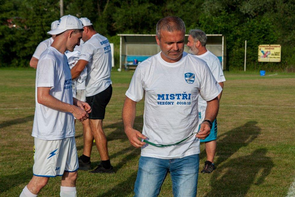 Trenér Pavel Keprt (vpravo) dotáhl Slavoj k postupu.